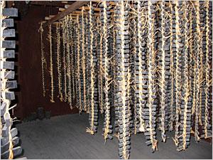 灰乾燥を終えた墨は、藁で編まれ、吊るされる